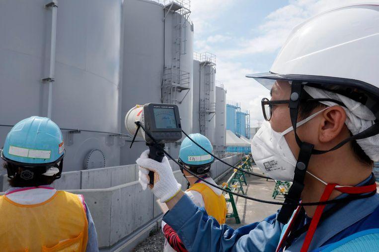 Medewerkers van energiebedrijf Tokyo Electric Power Company (TEPCO) meten het stralingsniveau in Fukushima.