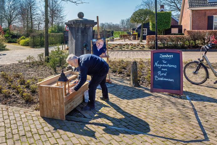Op het Jan Koekenplein in Klein Zundert is bij de pomp een hoekje ingericht om Rene Bastiaansen, oud-voorzitter van het Zundertse bloemencorso en voormalig dorpsraadvoorzitter.