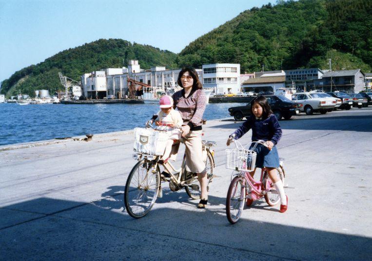 Mayumi met haar moeder en zusje bij de pier van Onagawa, 1979.  Beeld uit het boek The Restoration Will van Mayumi Suzuki