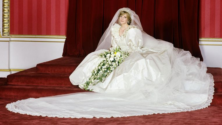 Prinses Diana in haar trouwjurk Beeld getty