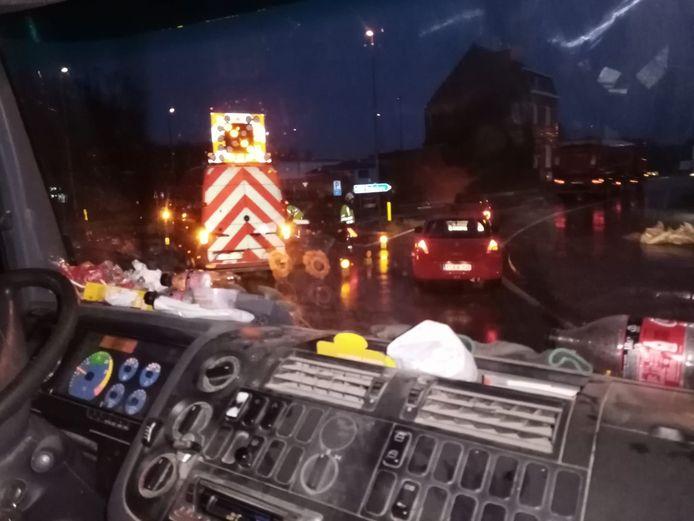 Door het incident was er enige verkeershinder. De brandweer werd opgeroepen om de kiezelstenen te verwijderen.