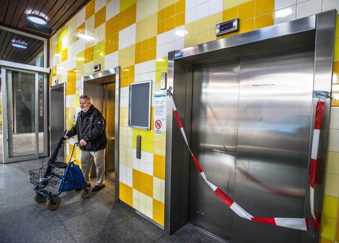 Piet Gommers, met rollator, deed eerder zijn beklag over de liften.