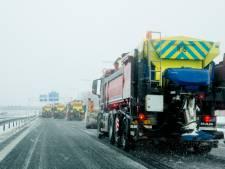 Spekgladde wegen door ijzel in Zeeland, strooiwagens massaal de weg op