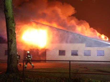 Grote uitslaande brand in schuur in Nistelrode