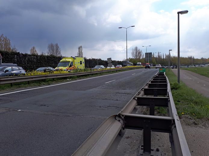 Een ambulance in de file op de N3, vlak voor de Wantijbrug in Dordrecht.