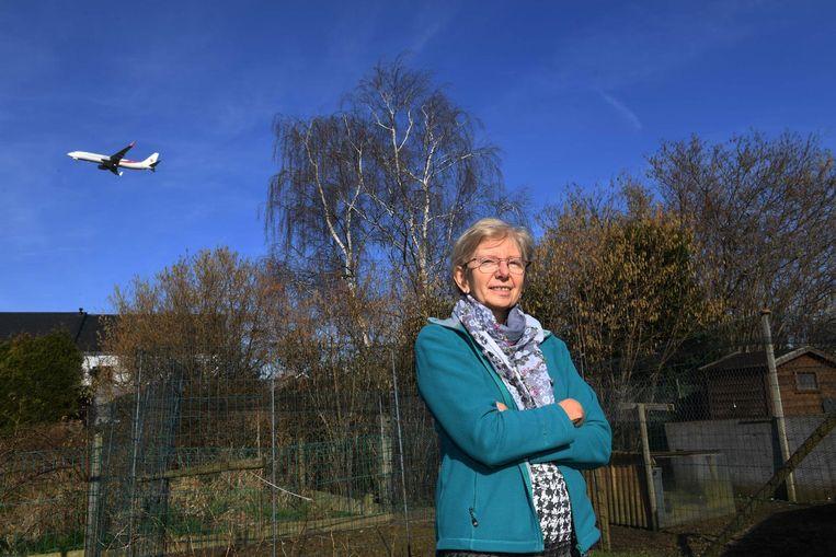 """Myriam Van Tricht in haar tuin in Erps-Kwerps, waar vliegtuigen nu al heel laag overvliegen. """"Ik ben tegen de dreigende onleefbaarheid"""", zegt Van Tricht."""