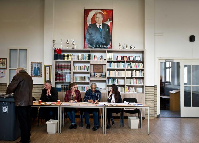Een inwoner van Nijmegen brengt zijn stem uit in het Turks Cultureel Centrum onder toeziend oog van Alparslan Turkes. Dat is de oprichter van de ultrarechtse MHP-partij waar de Turkse Federatie Nederland mee sympathiseert.