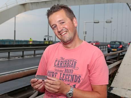 Rijkswaterstaat doet Werkendamse trucker Tonnie een stukje Merwedebrug cadeau: 'Die brug is mijn passie'