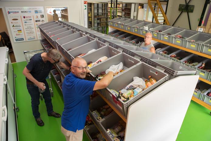 Frans Rouwenhoff aan het werk voor de Voedselbank Raalte.