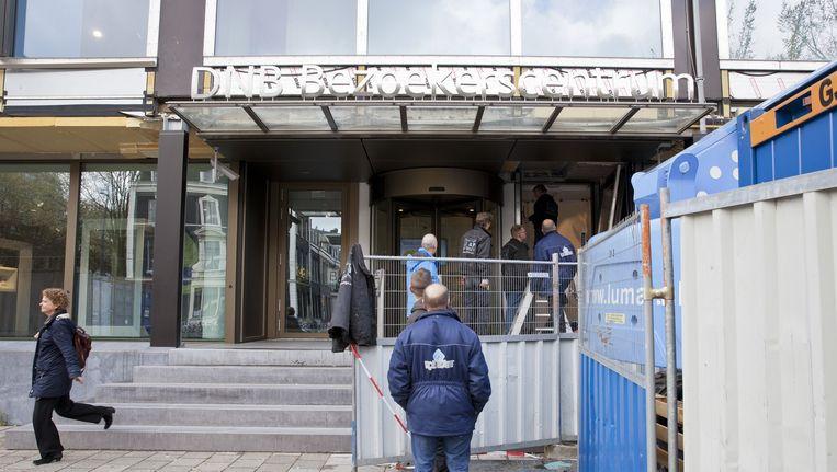 Een half jaar na de officiële opening moet de gevel van het nieuwe Bezoekerscentrum van De Nederlandsche Bank aan de Sarphatistraat al weer worden opgeknapt. Beeld Roy del Vecchio