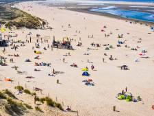 Gele vlag gehesen op strand van Ouddorp