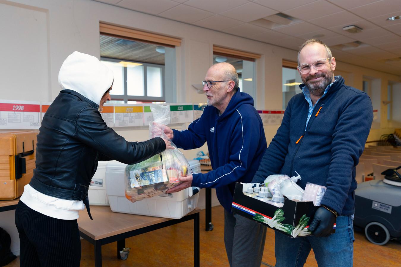 Bij de voedselbank in Moerwijk krijgen klanten supermarktbonnen en worden de laatste boodschappen uitgedeeld.