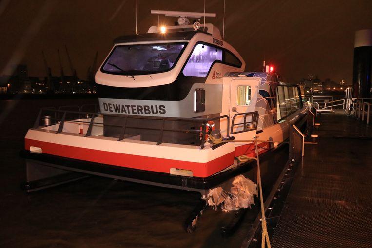 Bij het aanleggen van de Waterbus op Linkeroever botste de boot tegen een pyloon ter hoogte van de aanlegsteiger.
