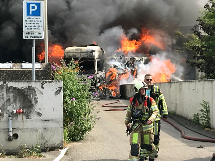 Vrachtwagen met fruit in brand bij Albert Heijn in IJsselstein