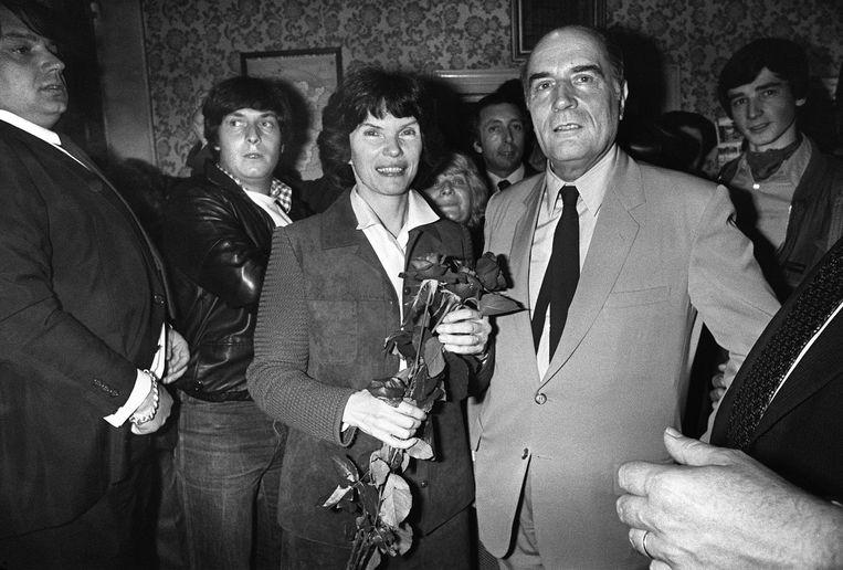 Archiefbeeld van Francois Mitterand, die net verkozen is tot president van Frankrijk, en en zijn vrouw Danielle in mei 1981. Beeld AFP