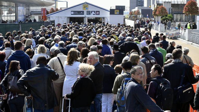 De lange rijen aan de pre-controles, gisteren op Brussels Airport.