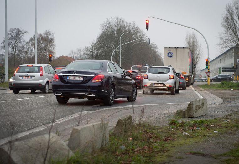 Op dit kruispunt van de Antwerpsesteenweg met de R6 komt een van de viaducten.