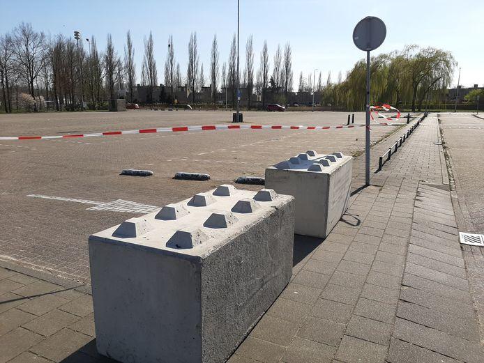 Een corona-maatregel: betonblokken voorkomen dat auto's het parkeerterrein aan de Bijsterveldenlaan op kunnen rijden.