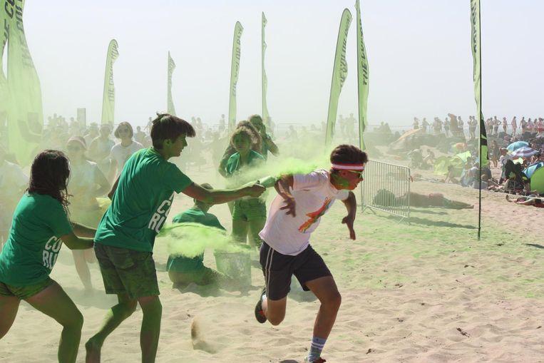 Een deelnemer krijgt een groen kleurtje aangemeten.