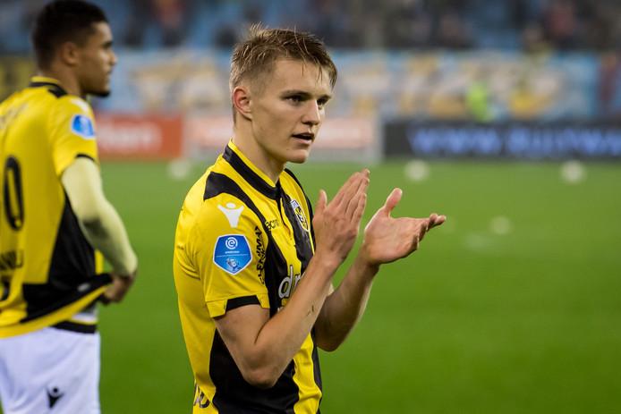 Martin Ødegaard viert de overwinning.
