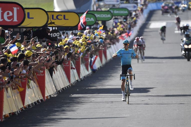 Omar Fraile wint de etappe en wijst op zijn shirt Beeld AFP