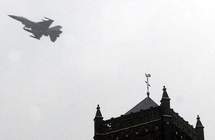 Een straaljager van Volkel scheert over de kerktoren van Mill.