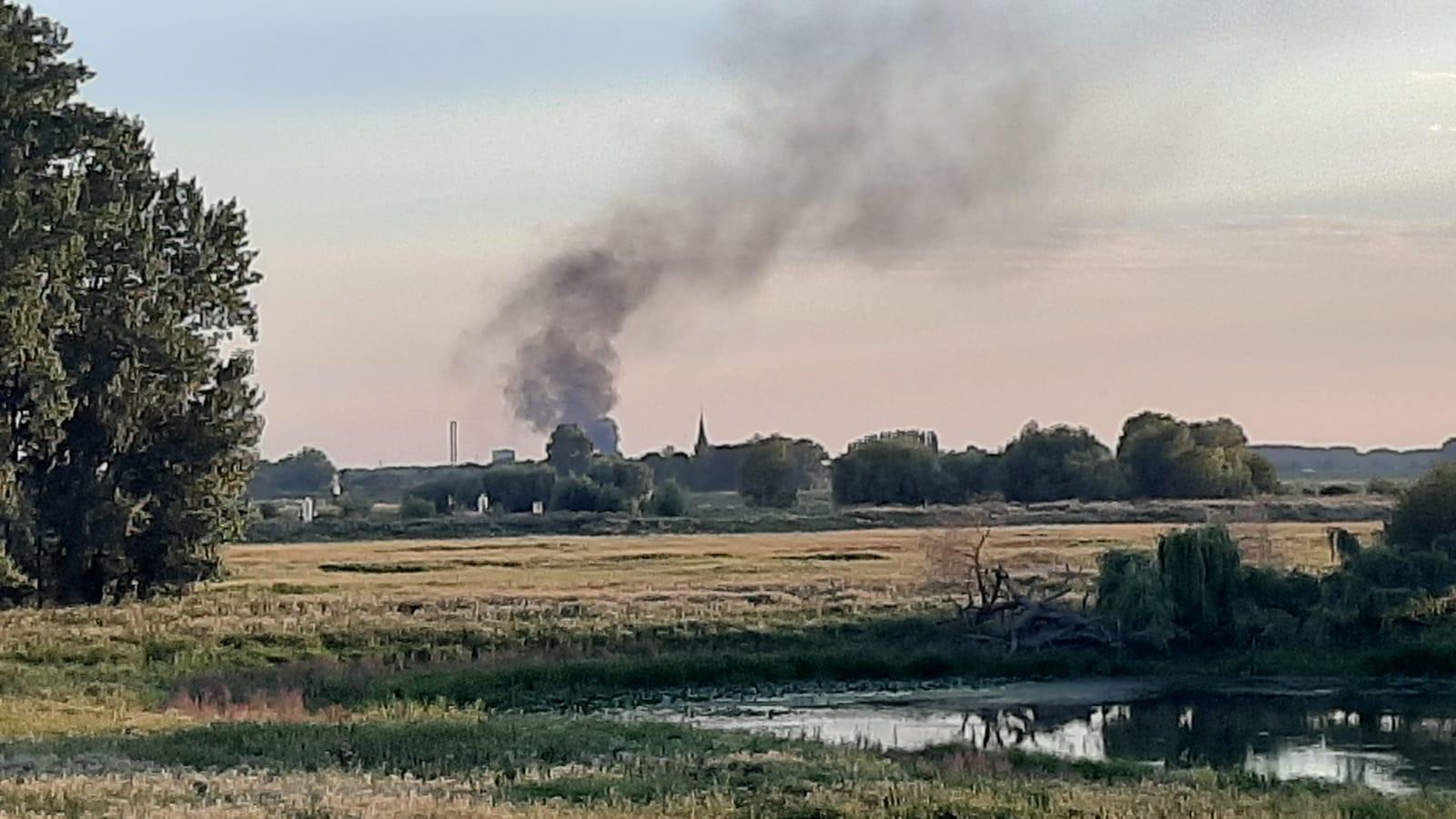 Rookwolken vanaf het industrieterrein in Weurt.