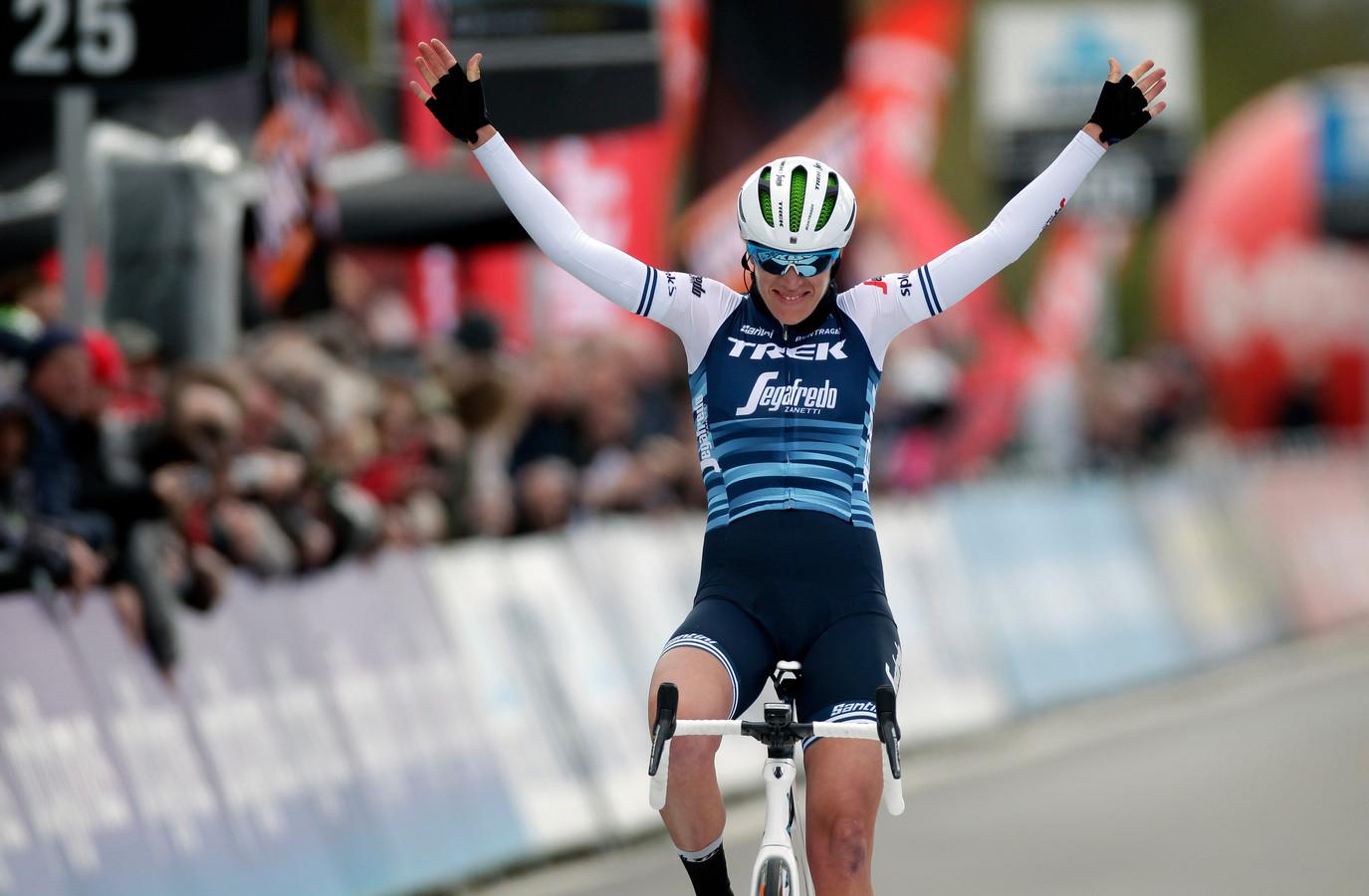 Ellen van Dijk komt juichend over de streep in Dwars door Vlaanderen.