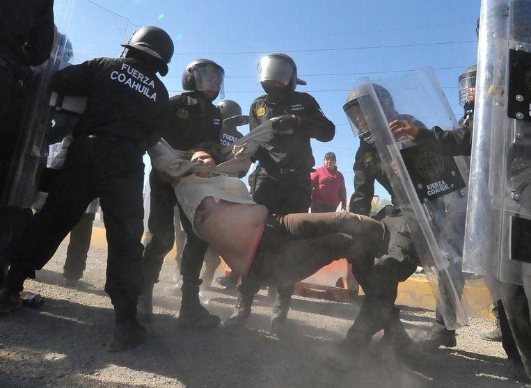 Politie in gevecht met een demonstrant in Monclova Beeld reuters