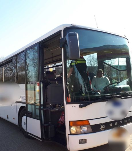 Touringcar met 38 inzittenden van de weg geplukt: arbeiders te dicht op elkaar