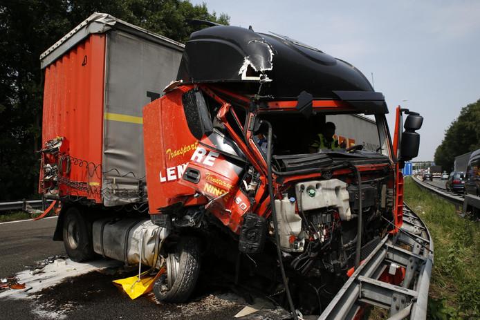 Ongeluk met twee vrachtwagens op de A27 bij Breda-Noord.