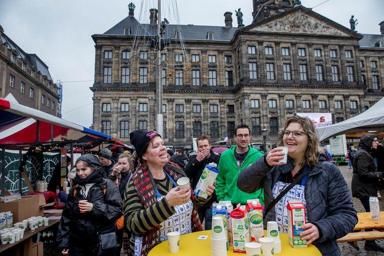 Boeren bieden Amsterdammers een gratis lunch aan op de Dam.  Beeld Jean-Pierre Jans