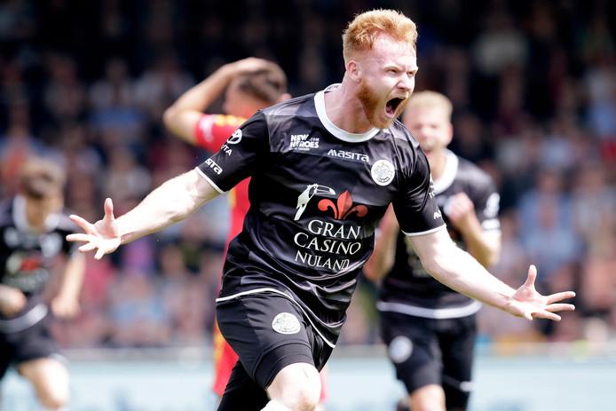 Jort van der Sande juicht nadat hij in de play-offs voor FC Den Bosch heeft gescoord tegen Go Ahead Eagles. Vanaf volgend seizoen komt de spits uit voor FC Eindhoven.