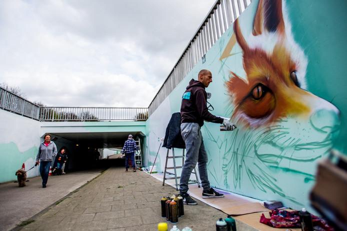 GOIRLE<br />Spoorbaan<br /><br />De fietstunnel onder Turnhoutsebaan in Goirle, word met graffiti opgeknapt. 15 kunstenaars zijn er zo'n 3 weken mee bezig. <br />De gemeente gaf opdracht de muren te voorzien van dieren en natuur. <br />Marcus Debie (met spuitbus) en Vincent Huibers zijn druk aan het werk.