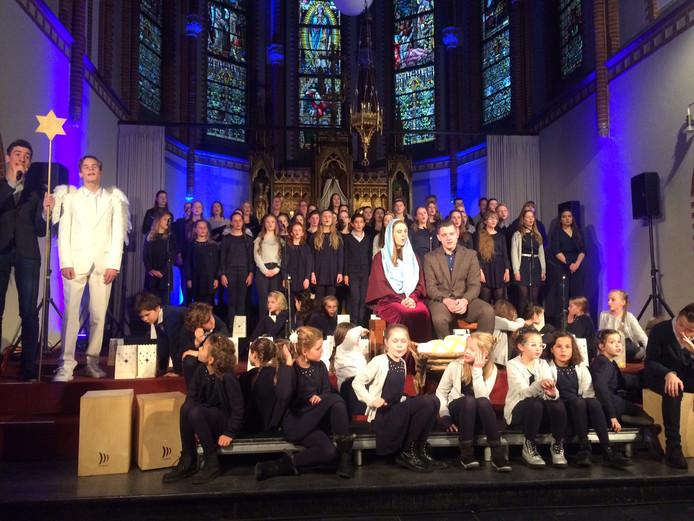 Zo'n tachtig jongens en meisjes van zangschool BrabantTalent verzorgden samen de prachtige voorstelling 'Nu dat jij er bent' in de Udense Kruisherenkapel.