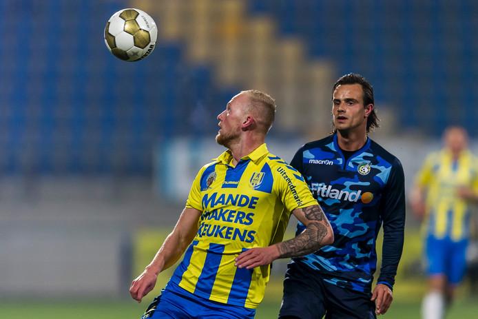 Maikel Verkoelen van RKC zorgt ervoor dat Fortuna Sittard-spits Lars Hutten niet aan de bal kan komen.
