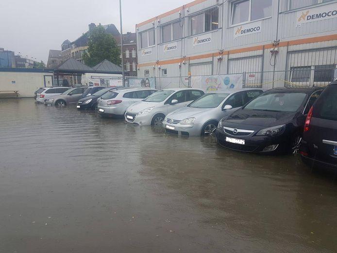 De parking aan het NMBS-station in Sint-Truiden is deels ondergelopen. Een aantal wagens werden getakeld.