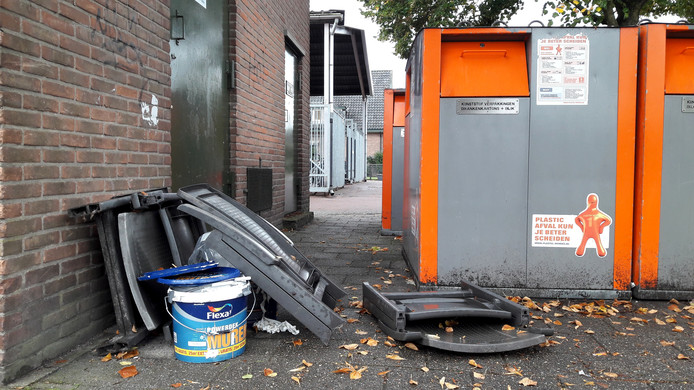 Grofvuil achterlaten bij publieke containers: Lokaal Apeldoorn vreest dat dat vaker gaat gebeuren.
