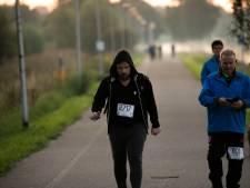 Lopers van 'De 80' genieten en zien af: warm welkom in Waalwijk