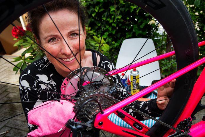 De Zwolse oud-profwielrenner Marijn de Vries kan haar fiets oppoetsen voor de fietsvakanties die ze eindelijk weer kan organiseren.