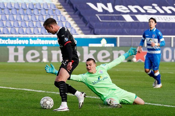 Mario Götze zet PSV na negen minuten op voorsprong in Zwolle. Daar kan keeper Michael Zetterer niets aan veranderen.