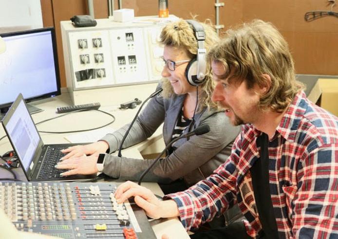 Petra Blouw (l) presenteert een radioprogramma voor de bewoners van landgoed Hoogeburch van Ipse de Bruggen in Zwammerdam. Foto ipse de bruggen