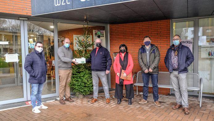De kaartjes werden maandag overhandigd aan de directeur van WZC Wieltjesgracht in Ieper.