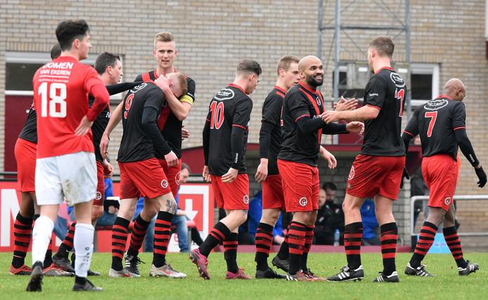 Nivo Sparta (zwart-rode shirts) is nog maar één wedstrijd verwijderd van de periodetitel. (archieffoto)