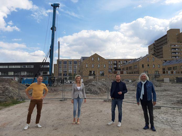 Architect Jelle Houben, de bewoners Tessa Vink en Steye van Dam, en begeleider Henk Vlemmix  (vlnr) van Bouwen in Eigen Beheer bij het bouwterrein op het NRE-terrein waar Made by NRE gaat verrijzen.