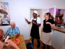 Gasten Dordts woonhuis wanen zich even in Cuba dankzij zingende kok