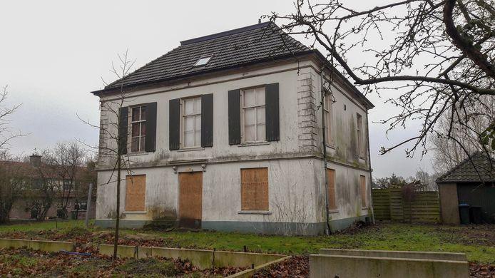 De vervallen voormalige pastorie aan de Huissensedijk in Elden. Inmiddels zin wel de ramen op de begane grond dichtgetimmerd.