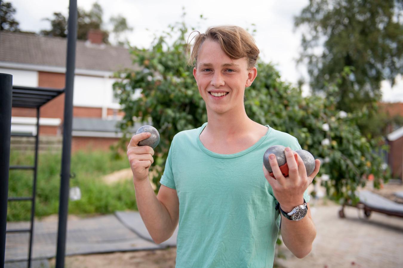 Koen Wentink (17) is Europees kampioen pétanque geworden. Pikte de sport op in Schiedam, waar het onder jongeren vrij populair is. Hier in Twente een stuk minder. Is lid van Almelose vereniging Toss.