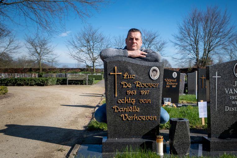 Paul De Roover bij het graf van zijn broer.