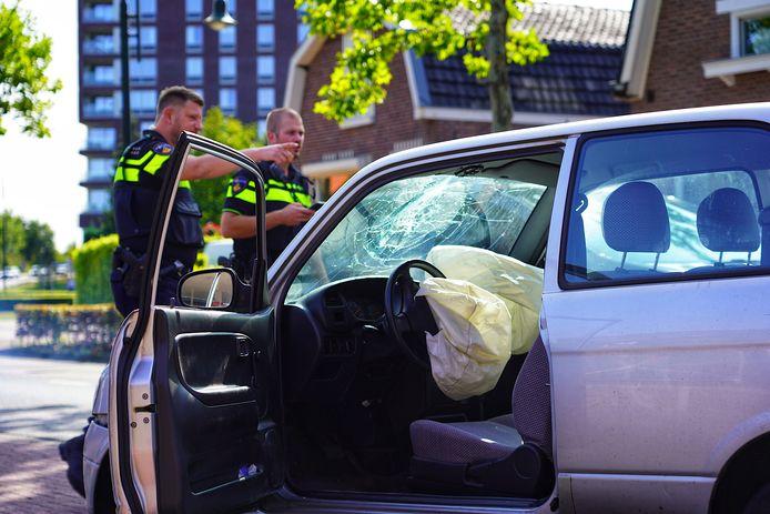 Automobilist botst tegen geparkeerde auto en raakt gewond.